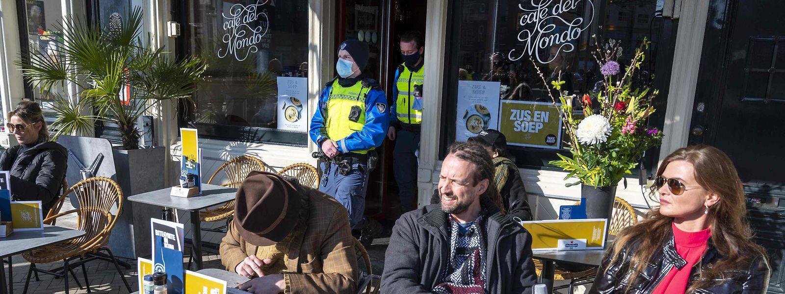 """Der Gründer der niederländischen Querdenker-Organisation """"Viruswaarheid"""", Willem Engel, gönnte sich auch einen Kaffee."""