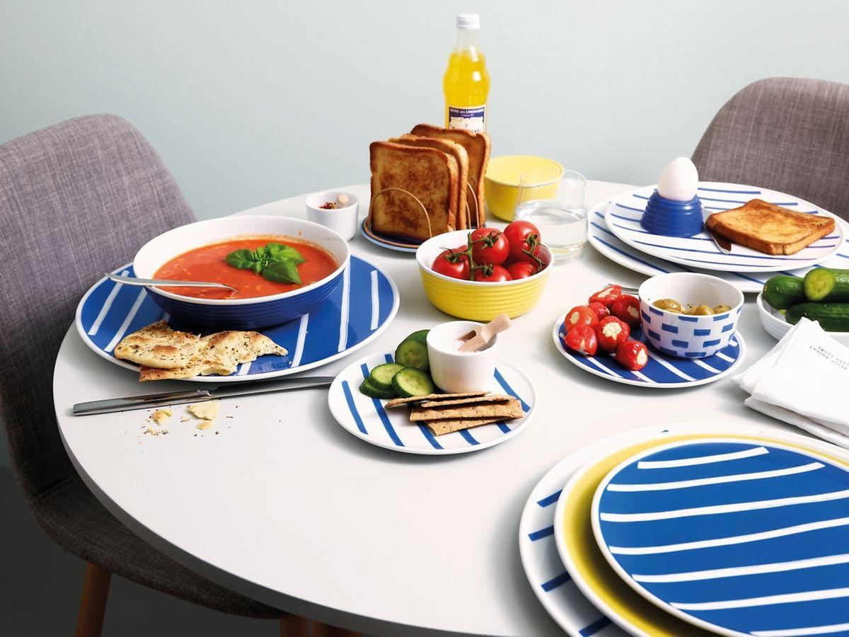 """Klare grafische Strukturen sind weiterhin beliebt auf demGeschirr:Die Marke """"Thomas"""" setzt darauf beim neuen Dekor namens """"Friends"""" für die Kollektion Ono in denGrundfarben Blau undGelb."""