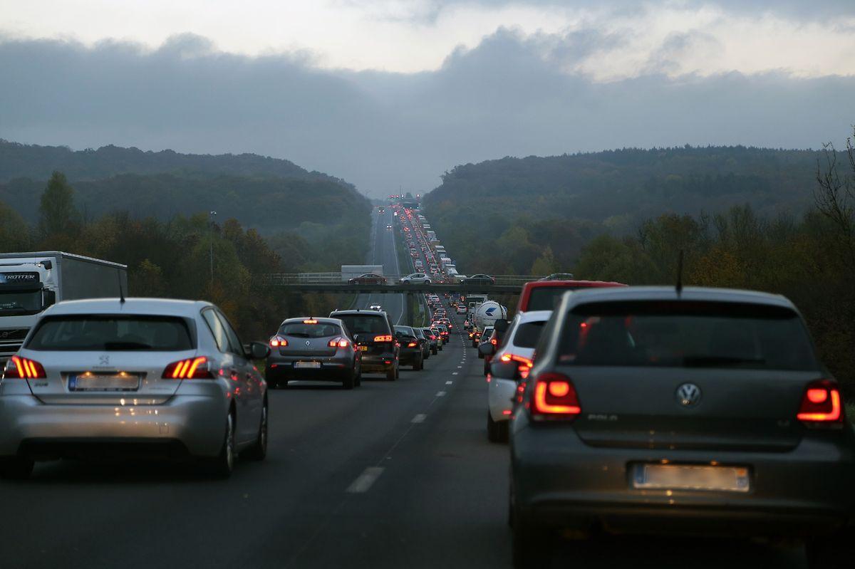 Mardi 8 novembre, 7h50 : ceux qui ont tenté de passer par Zoufftgen et Dudelange sont eux aussi bloqués, sur le pont.