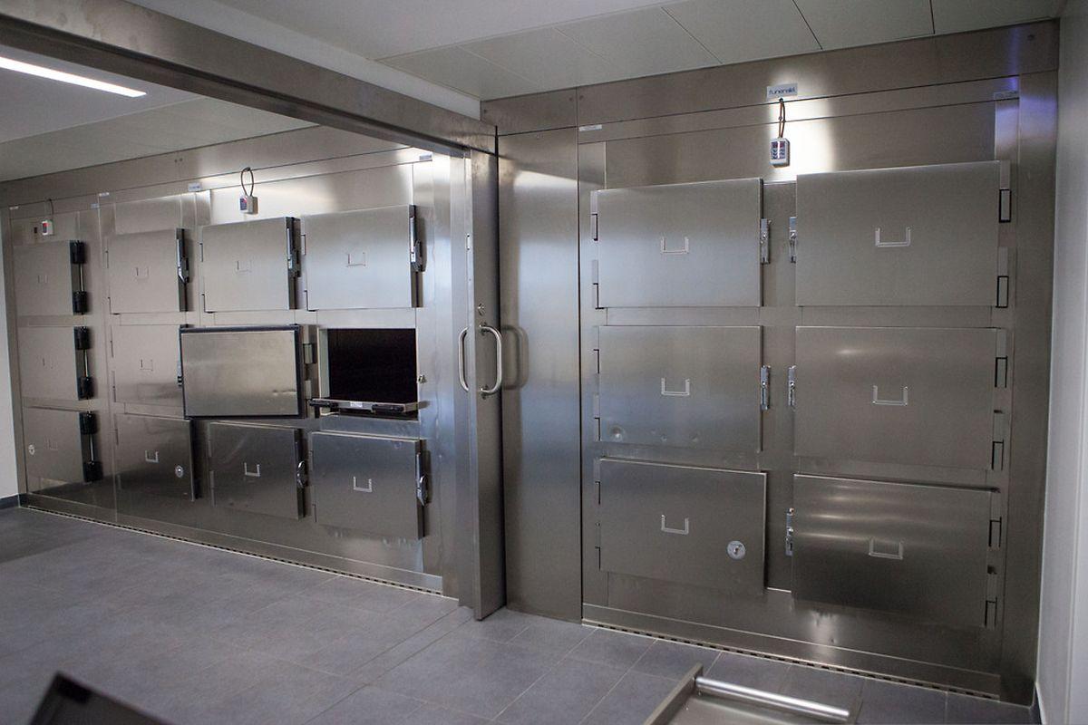 Der Kühlraum bietet Platz für 18 Leichen.