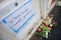 05.03.2019, Rheinland-Pfalz, Enkenbach-Alsenborn: Vor dem Haus des Arztes, der bei einer Explosion ums Leben kam, liegen Blumen und sind Kerzen abgestellt. Ein toter Landschaftsgärtner steht unter Verdacht, den Arzt mit einer Sprengfalle getötet zu haben. Foto: Oliver Dietze/dpa +++ dpa-Bildfunk +++