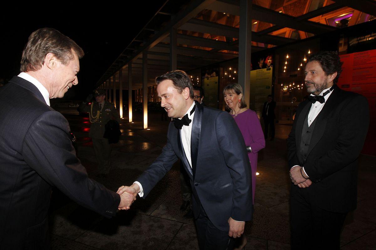 Grossherzog Henri wird von Premier-, Kultur- und Medienminister Xavier Bettel begrüsst.
