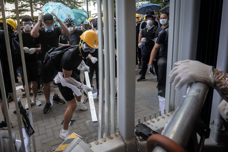 Demonstranten versuchen sich Zugang zum Regierungsgebäude in Hongkong zu verschaffen.