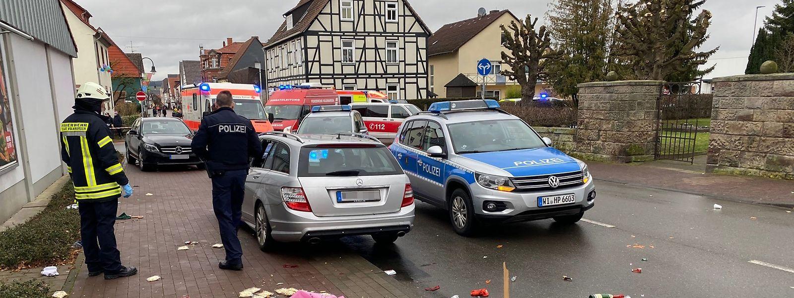 Der Fahrer des grauen Mercedes durchbrach zuerst eine Absperrung und fuhr anschließend in die Menschenmenge.