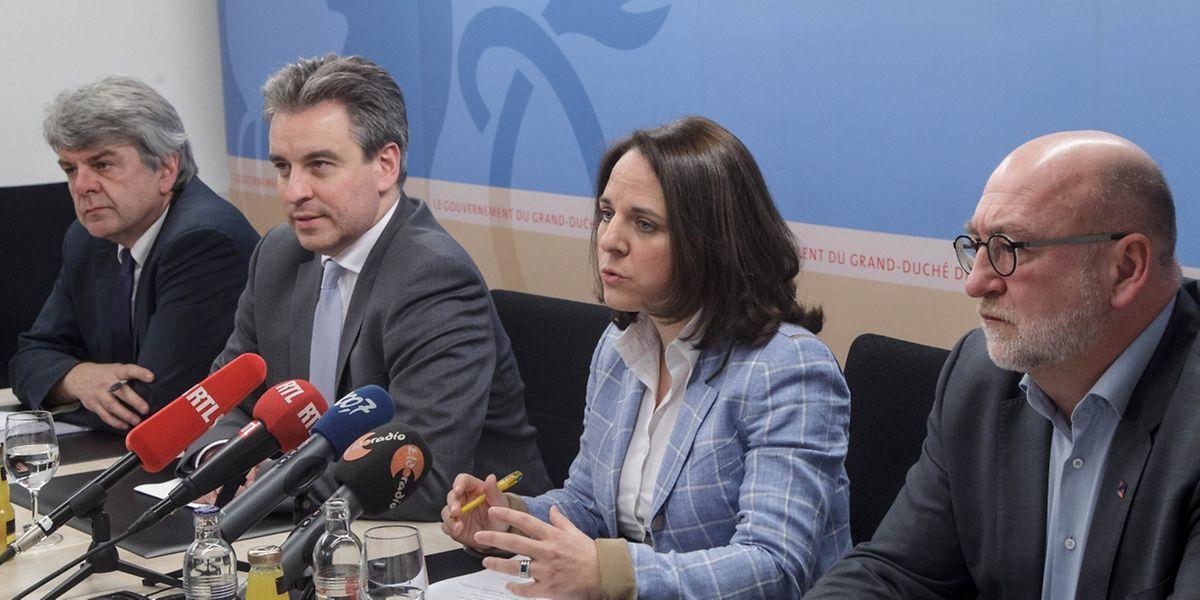 Demonstrative Zufriedenheit: Die Minister Corinne Cahen und Claude Meisch stellten den neuen Anpassungsmechanismus im Beisein der Gewerkschaftsvertreter des OGBL (André Roeltgen, r.) und der CGFP (Romain Wolff, l.) vor.