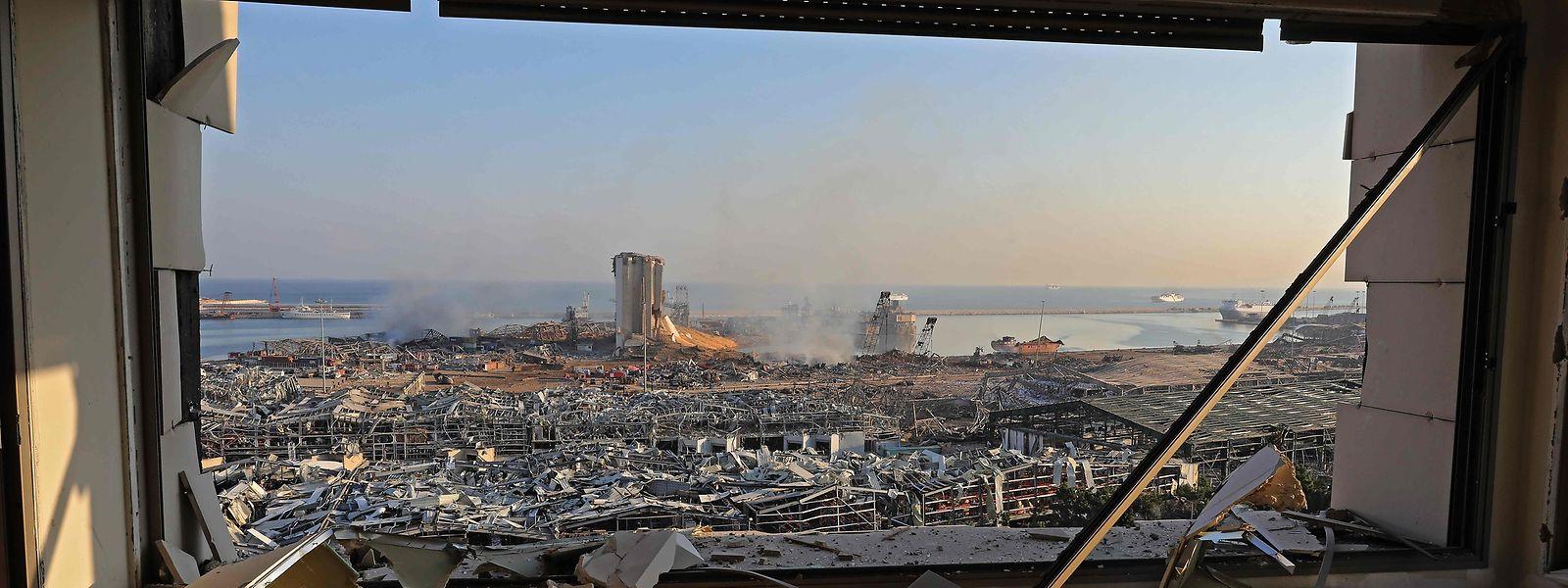 Blick auf den Hafen von Beirut ein Tag nach der verheerenden Explosion vom 4. August.