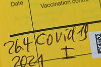 ARCHIV - 26.04.2021, Brandenburg, Potsdam: In einem Impfausweis ist der Eintrag einer Erstimpfung gegen das Coronavirus zu lesen (zu dpa: «Impfdrängler und gefälschte Impfausweise werden zunehmend zum Problem »). Foto: Patrick Pleul/dpa-Zentralbild/ZB +++ dpa-Bildfunk +++