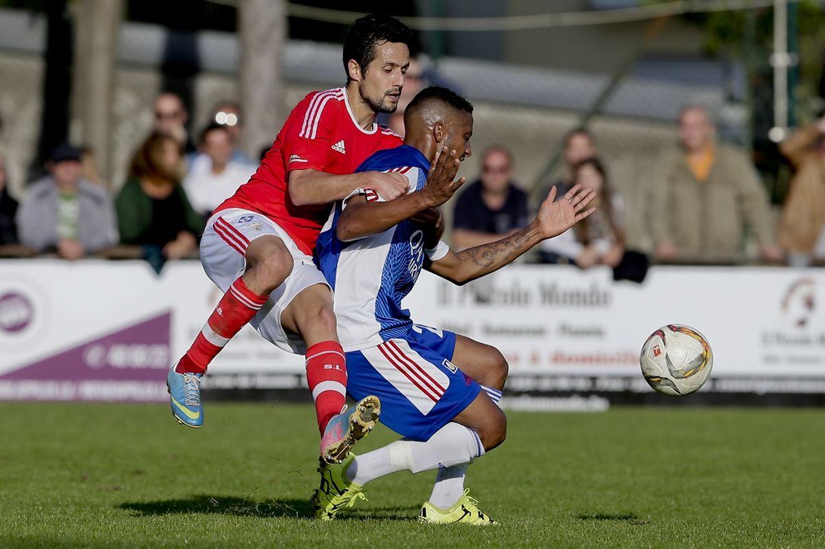 Ronny Souto, qui a fait son entrée en seconde période, s'oppose à Ribeiro.