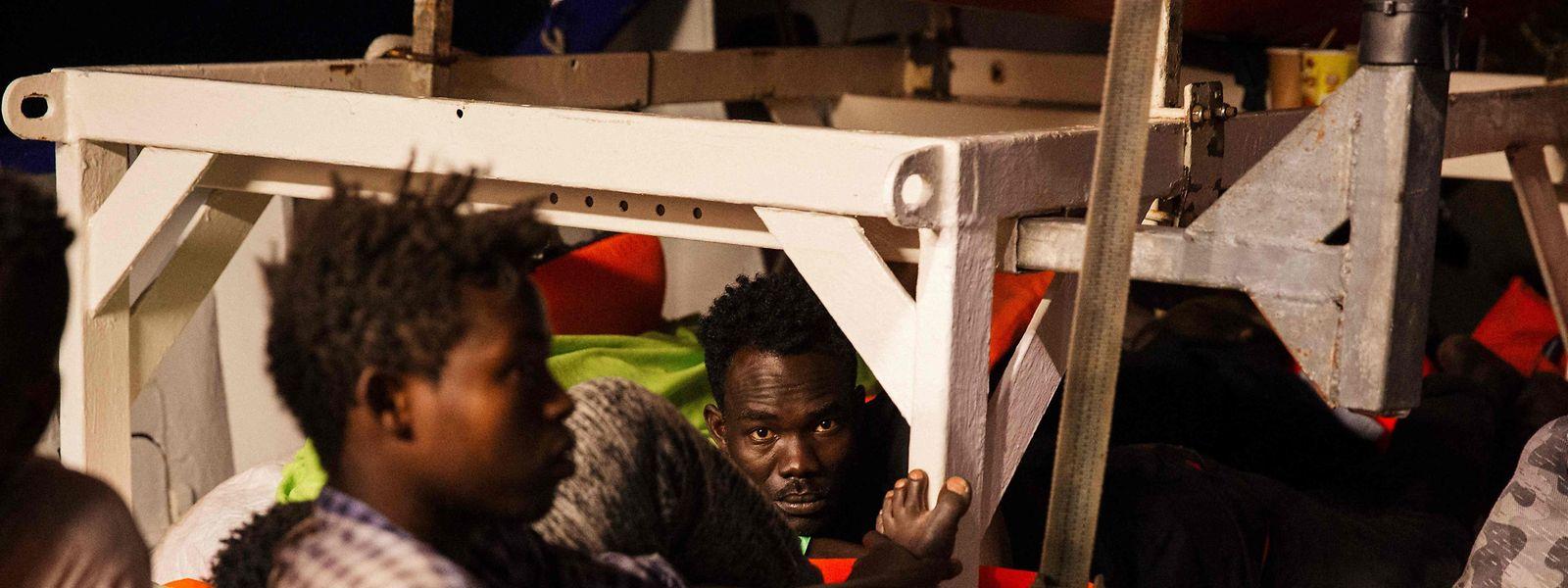 An Bord des Schiffes warten 234 gerettete Flüchtlinge auf ein ungewisses Schicksal.