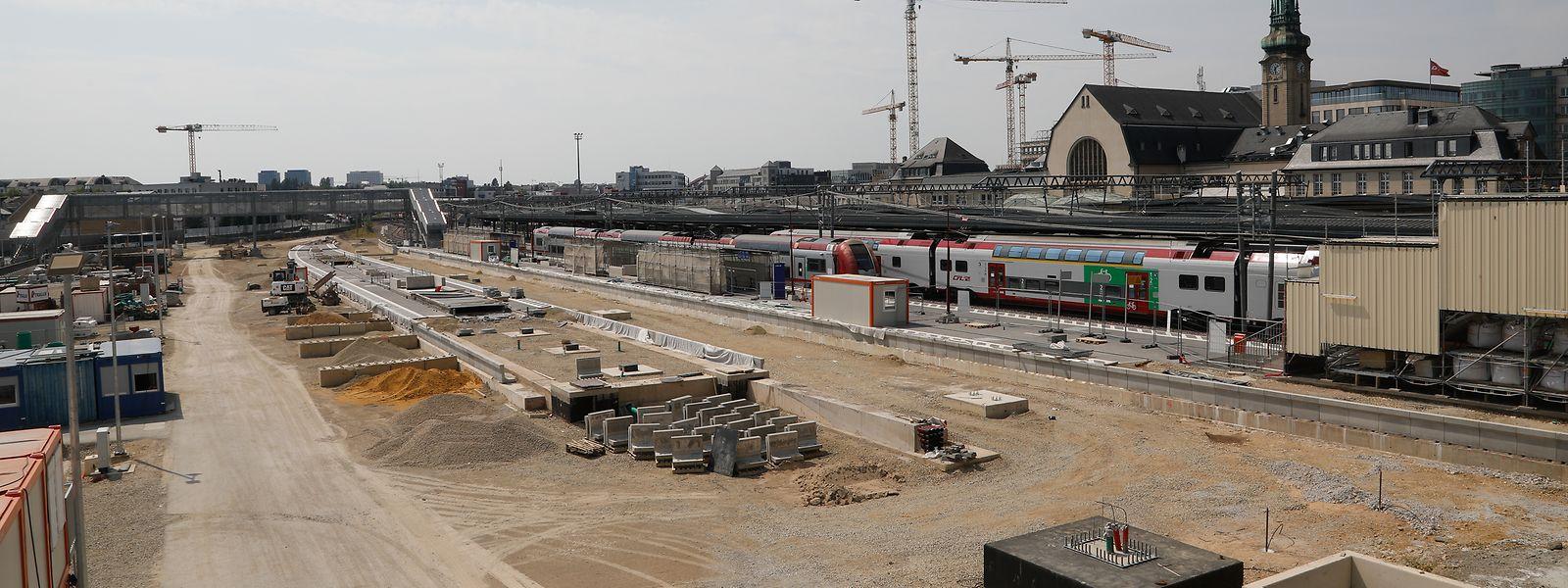 Um die Transportkapazitäten zu erhöhen und jeder Bahnlinie ein eigenes Gleis zur Verfügung zu stellen, wird derzeit an zwei neuen Bahnsteigen gebaut.