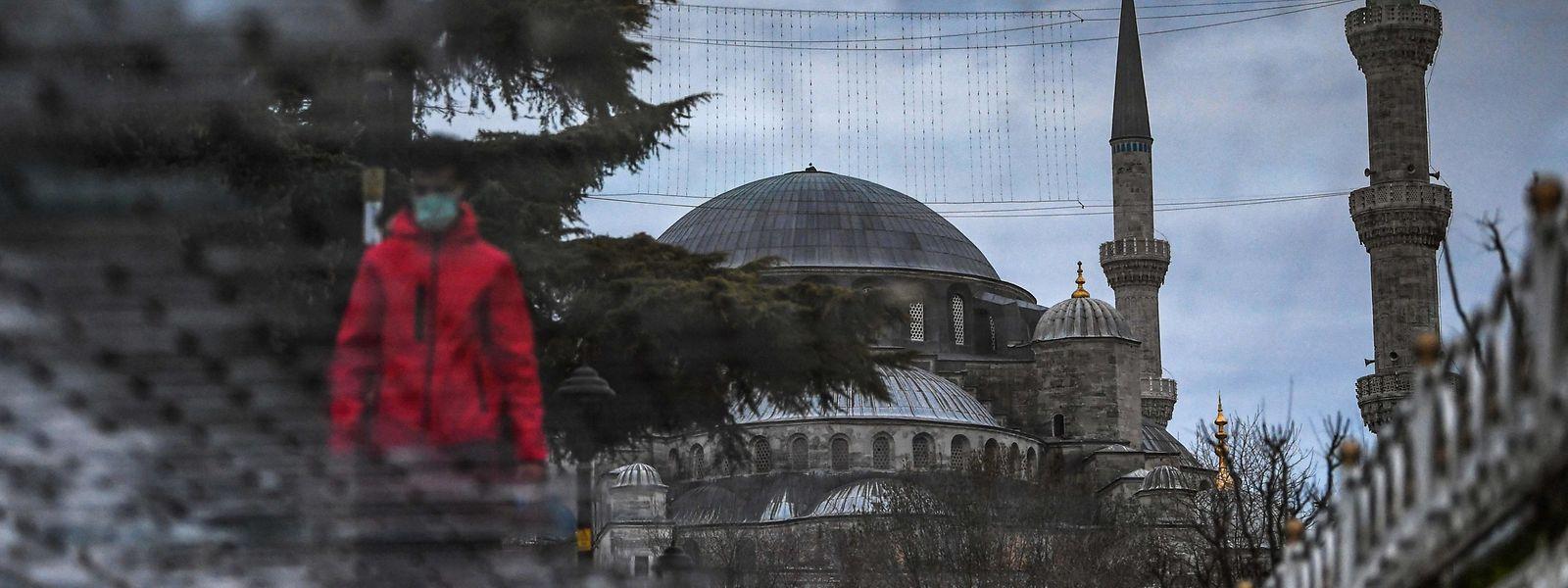 In der Türkei gilt ab sofort eine Ausgangssperre schon ab 19 Uhr; an den Wochenenden gilt ein durchgehendes 56-stündiges Ausgehverbot.