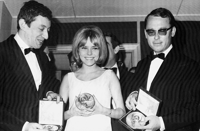 France Gall, na sua vitória de 1965, em Nápoles, com o compositor Serge Gainsbourg, à esquerda.