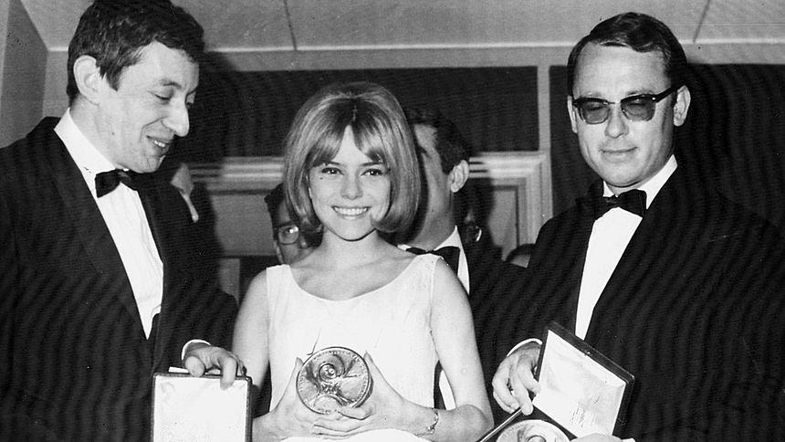 Eurovision 1965 in Neapel: France Gall, zusammen mit ihrem Song Writer Serge Gainsbourg (l.) und Orchesterchef Alain Goraguer (r.)