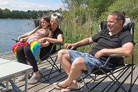 29.05.2021, Baden-Württemberg, Ertingen: Einen Familie sitzt bei Sonnenschein am Schwarzachtalsee und macht ein Picknick. Foto: Thomas Warnack/dpa +++ dpa-Bildfunk +++