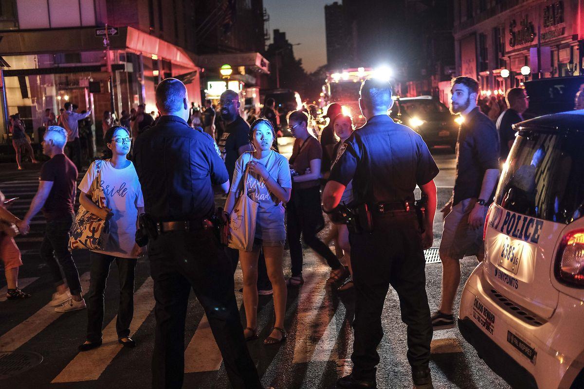 Die Polizei versuchte, die veränstigten Menschen zu beruhigen.