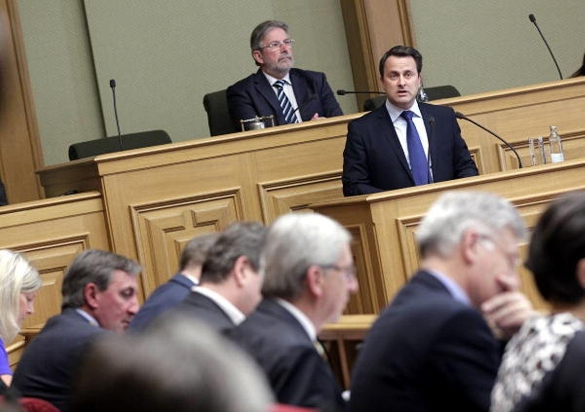 Sur le banc de l'opposition, Jean-Claude Juncker, alors chef de faction du CSV, apprend la réforme des services secrets.