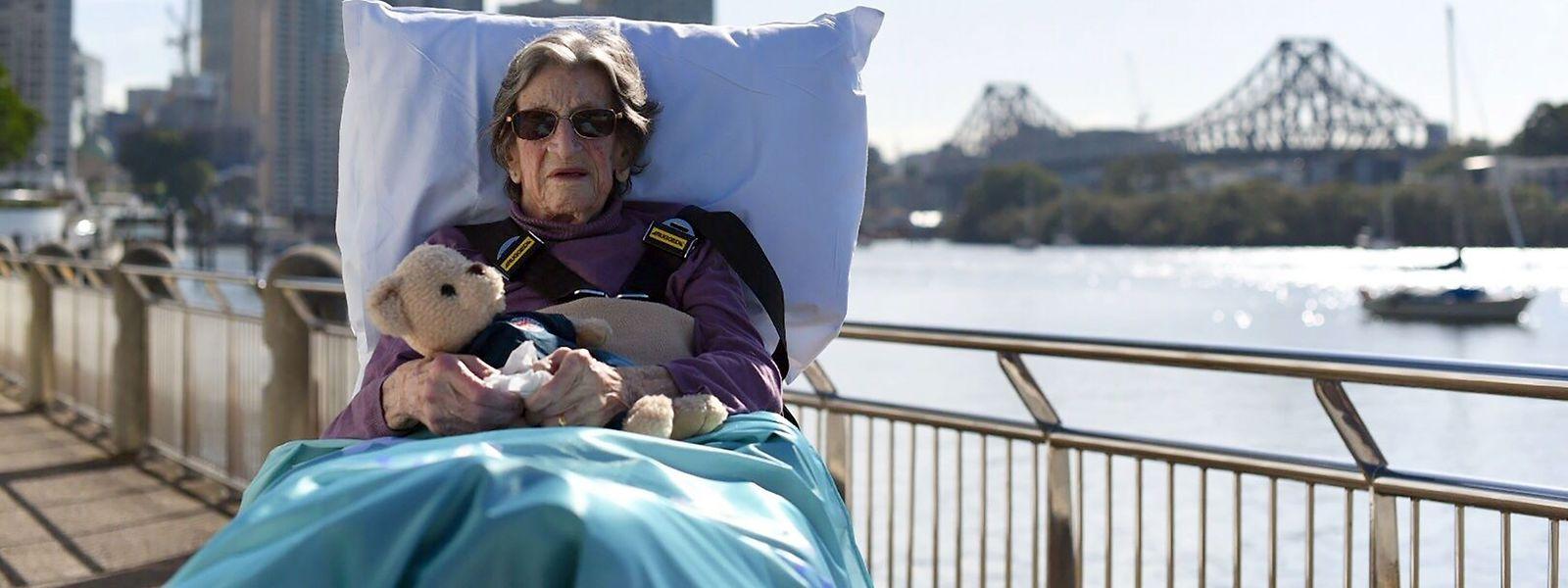 Cette photo prise le 25 juillet 2019 et publiée par Palliative Care Queensland Inc.montre Betty Dquelqowsett, 92 ans, qui a quitté les soins palliatifs pour passer quelques heures au soleil de Brisbane.