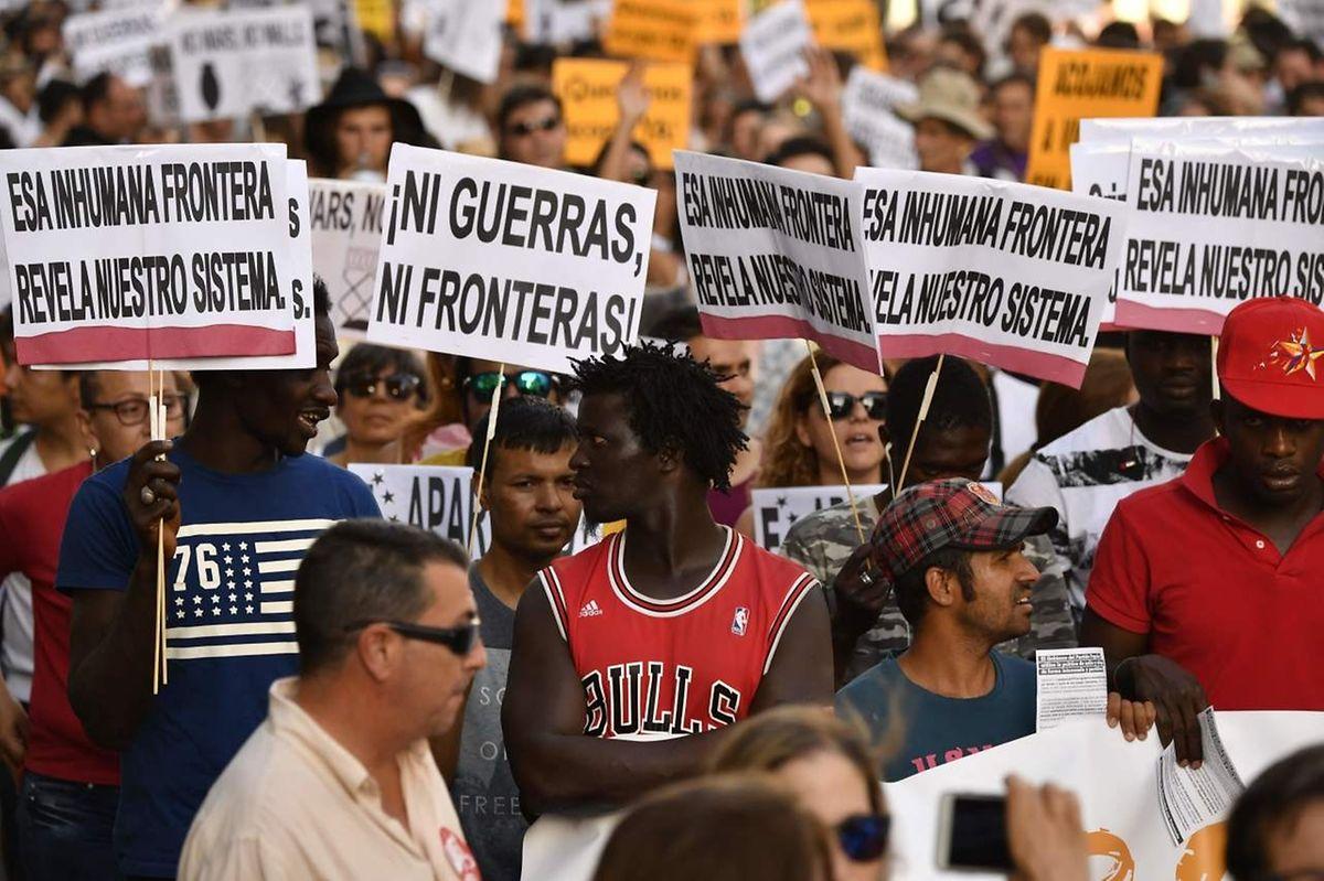 """Anti-Abschottungsdemonstration in Madrid: Nein zu """"inhumanen Grenzen""""."""