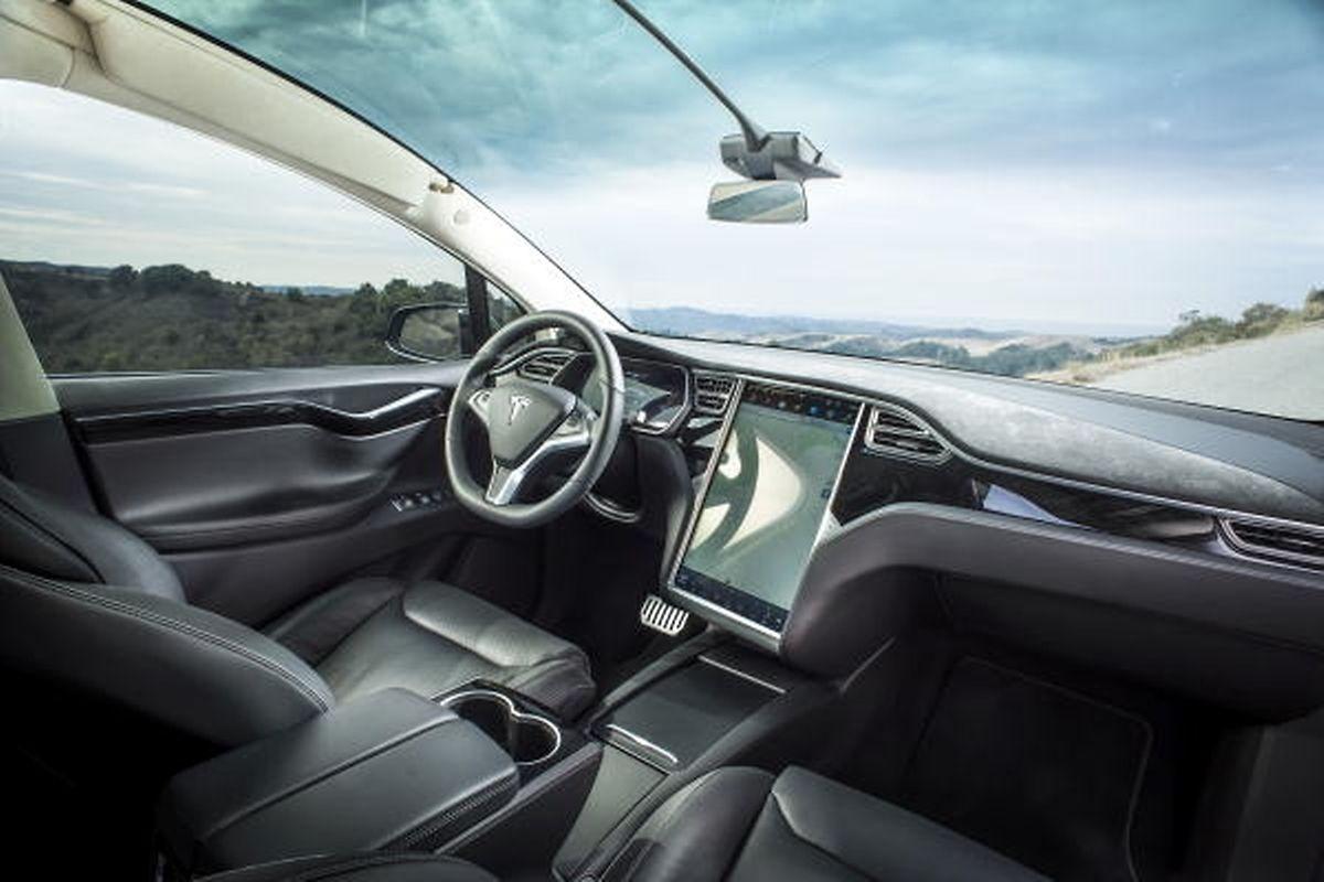 Der überdimensionale Touchscreen dominiert im aufgeräumten Cockpit. Die große Panorama-Windschutzscheibe eröffnet neue Perspektiven.