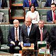 Premier Scott Morrison (vorne, M) bei seiner Rede im australischen Parlament.