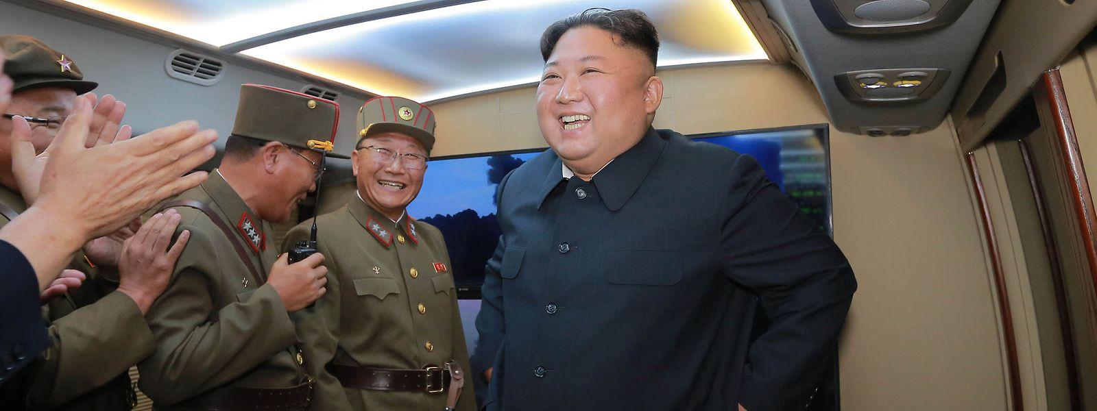 Kim Jong Un verfolgte den Raketentest auf einem Flugplatz im westlichen Teil von Nordkorea.