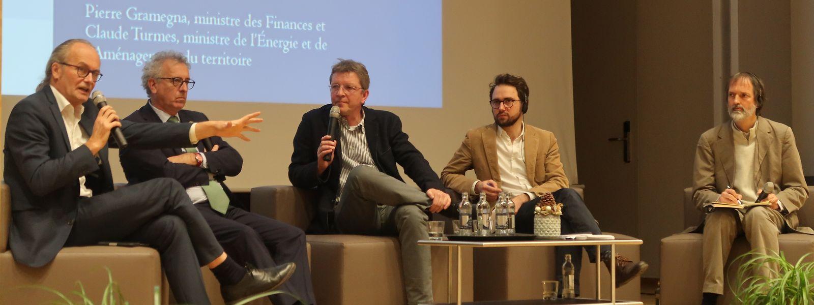 Energieminister Claude Turmes (Déi Gréng), Finanzminister Pierre Gramegna (DP), Moderator Maurice Molitor sowie die Wirtschaftswissenschaftler Lucas Chancel und Kai Schlegelmilch (v.l.n.r.).