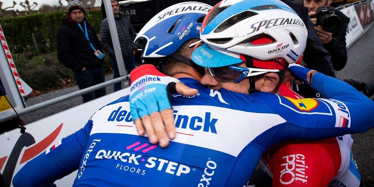 Zdenek Stybar félicite Bob Jungels. Le Tchèque et le Luxembourgeois ont lancé idéalement les classiques pour l'équipe Deceuninck.