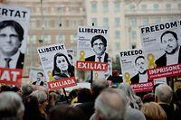 dpatopbilder - 06.04.2018, Spanien, Barcelona:Menschen demonstrieren für die Freilassung inhaftierter, katalanischer Politiker und halten dabei Schilder hoch. Eines davon zeigt ein Foto des früheren katalanischen Regionalpräsidenten Carles Puigdemont, der in Deutschland am Freitag das Gefängnis verlassen durfte. Foto: Jordi Boixareu/ZUMA Wire/dpa +++ dpa-Bildfunk +++