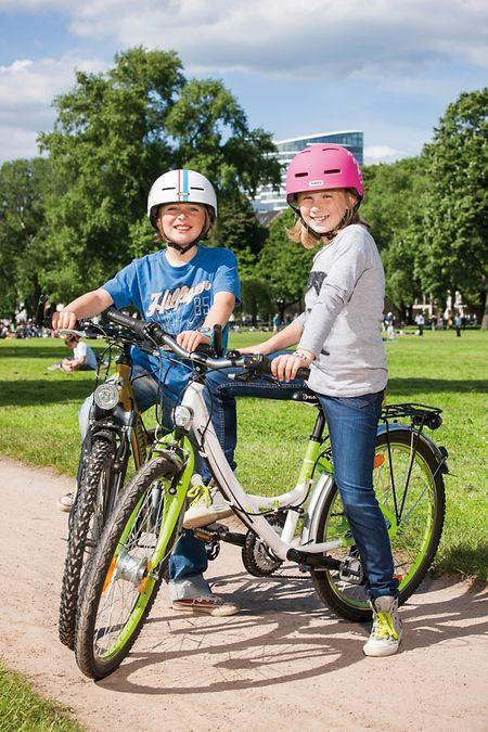 """Die Größe des Fahrrades muss zur Größe des Kindes passen. Die Devise """"Da wächst du schon rein!"""" ist hier fehl am Platz."""