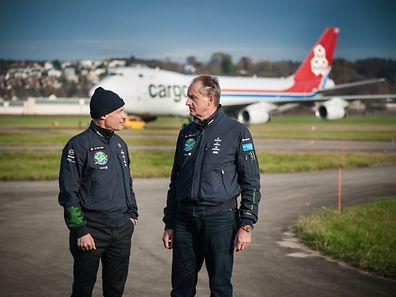 Déchargement de l'avion solaire Solarimpulse par Cargolux à  Dubingen -  Bertrand Piccard et André Borschberg -  Zürich  - Photo : Pierre Matgé