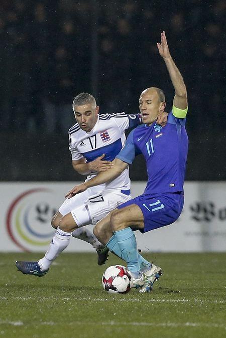 Mario Mutsch, ici à la lutte avec Arjen Robben, a été très précieux dans la récupération.