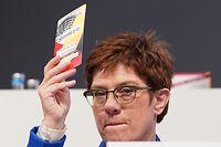 22.11.2019, Sachsen, Leipzig: Annegret Kramp-Karrenbauer (CDU), Verteidigungsministerin, hält beim CDU-Bundesparteitag ihre Stimmkarte hoch. Der Parteitag dauert bis zum 23. November 2019. Foto: Kay Nietfeld/dpa +++ dpa-Bildfunk +++