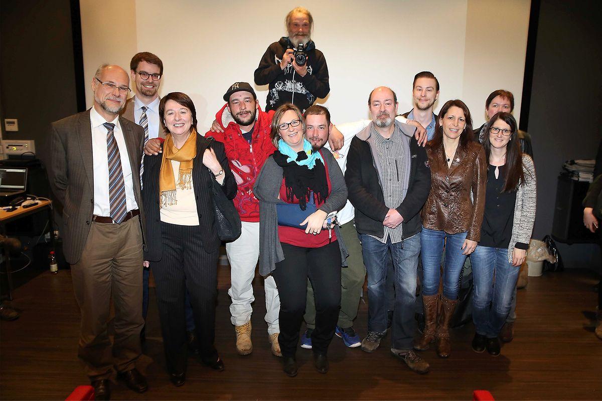 George et son appareil photo (à l'arrière-plan), Wouter et Mike entourant Nancy Holtgen, le réalisateur Claude Lahr (chemise grise), Danièle van Verwecke (veste brune en cuir), le directeur du lycée (à g.), enseignants et intervenants du documentaire.