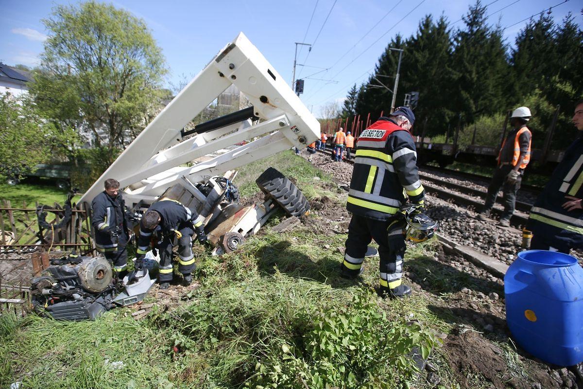 Bei der Kollision eines Güterzungs mit einem Hublift an einer Bahnschranke in Manternach wurde der Lokführer leicht verletzt.