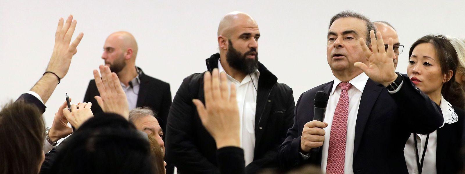 Der frühere Chef von Renault-Nissan Carlos Ghosn (rote Krawatte) beantwortet am Mittwoch Journalistenfragen in Beirut.