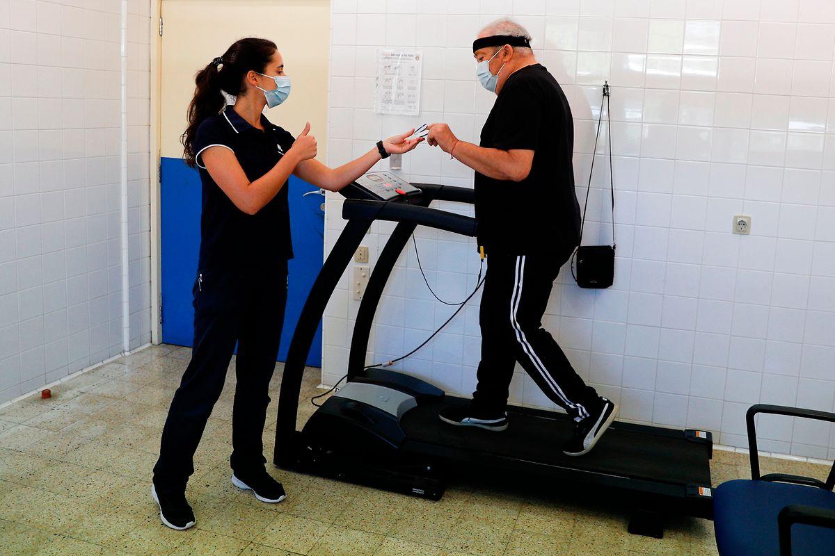 A fisioterapeuta, Bárbara Duarte com o doente António Costa.