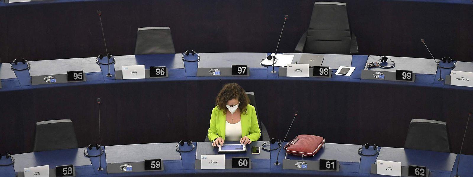 Dans un hémicycle peu rempli en raison des mesures sanitaires, les eurodéputés ont adopté la mise en place du certificat vert européen qui doit faciliter la reprise des voyages au cours de l'été au sein de l'UE.