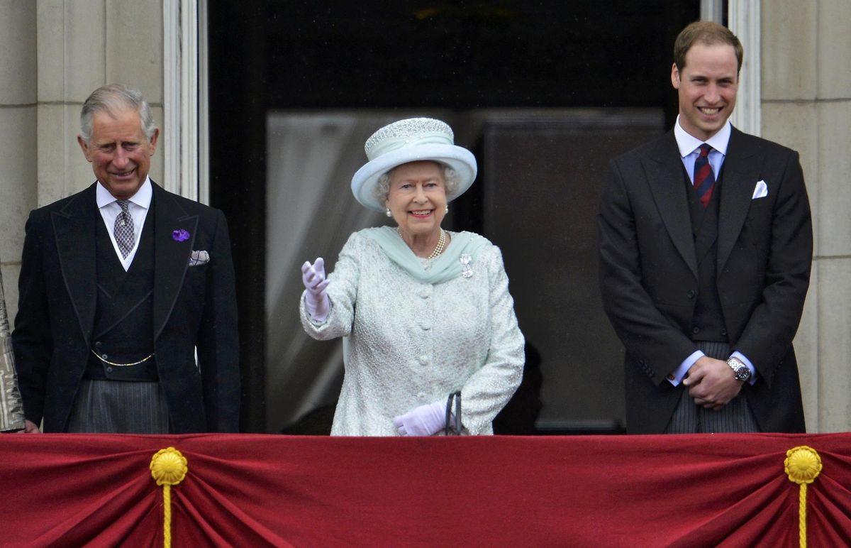 Prinz Charles (66, l.), Queen Elizabeth (89) und Prinz William (33).