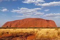 ARCHIV - 19.09.2019, Australien, Uluru: Australiens «Heiliger Berg», der Uluru (Ayers Rock). Auf Bitten der Aborigines-Ureinwohner ist der Aufstieg auf den Uluru nach dem 25. Oktober 2019 verboten. Foto: Christoph Sator/dpa +++ dpa-Bildfunk +++