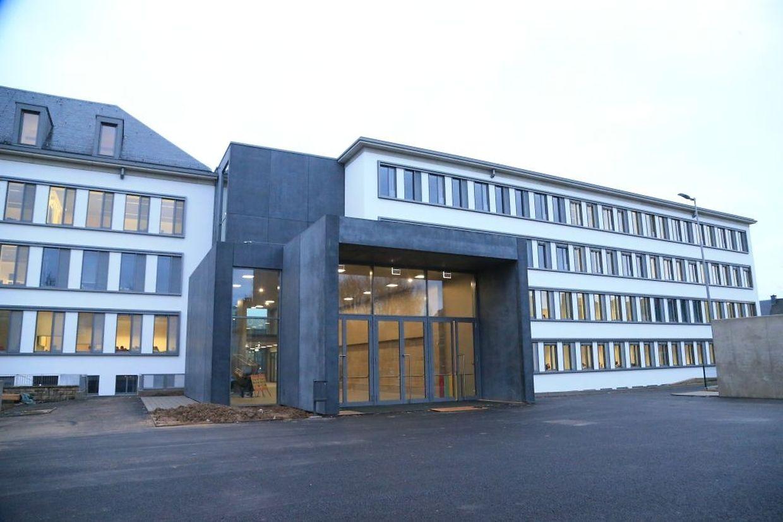 Seit gestern wird auch im jüngeren Gebäudeflügel (r.) unterrichtet. Das neue Bindeglied zwischen den beiden Gebäudeteilen erlaubt einen Übergang auf allen Stockwerken.