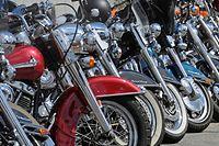 ARCHIV - 25.06.2010, Hamburg: Motorräder stehen  aufgereiht bei den «Harley Days 2010». Am 22. Juni 2018 beginnen die Harley Days in Hamburg. Foto: Fabian Bimmer/dpa +++ dpa-Bildfunk +++