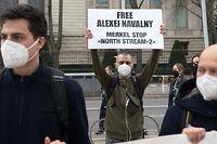 21.04.2021, Berlin: Demonstranten stehen vor der russischen Botschaft an der Straße Unter den Linden. Mit Plakaten und auf Transparenten forderten sie die Freilassung des russischen inhaftierten Regimekritikers Nawalny. Foto: Paul Zinken/dpa-Zentralbild/dpa +++ dpa-Bildfunk +++