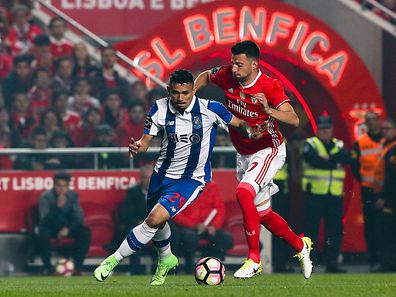 Benfica's Andreas Samaris (R) in action with FC Porto's Soares (L) during their Portuguese First League soccer match at Luz Stadium, in Lisbon, Portugal, 1 April 2017.  MIGUEL A. LOPES/LUSA