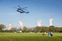 Per Hubschrauber wird das technische Material vor Ort gebracht.