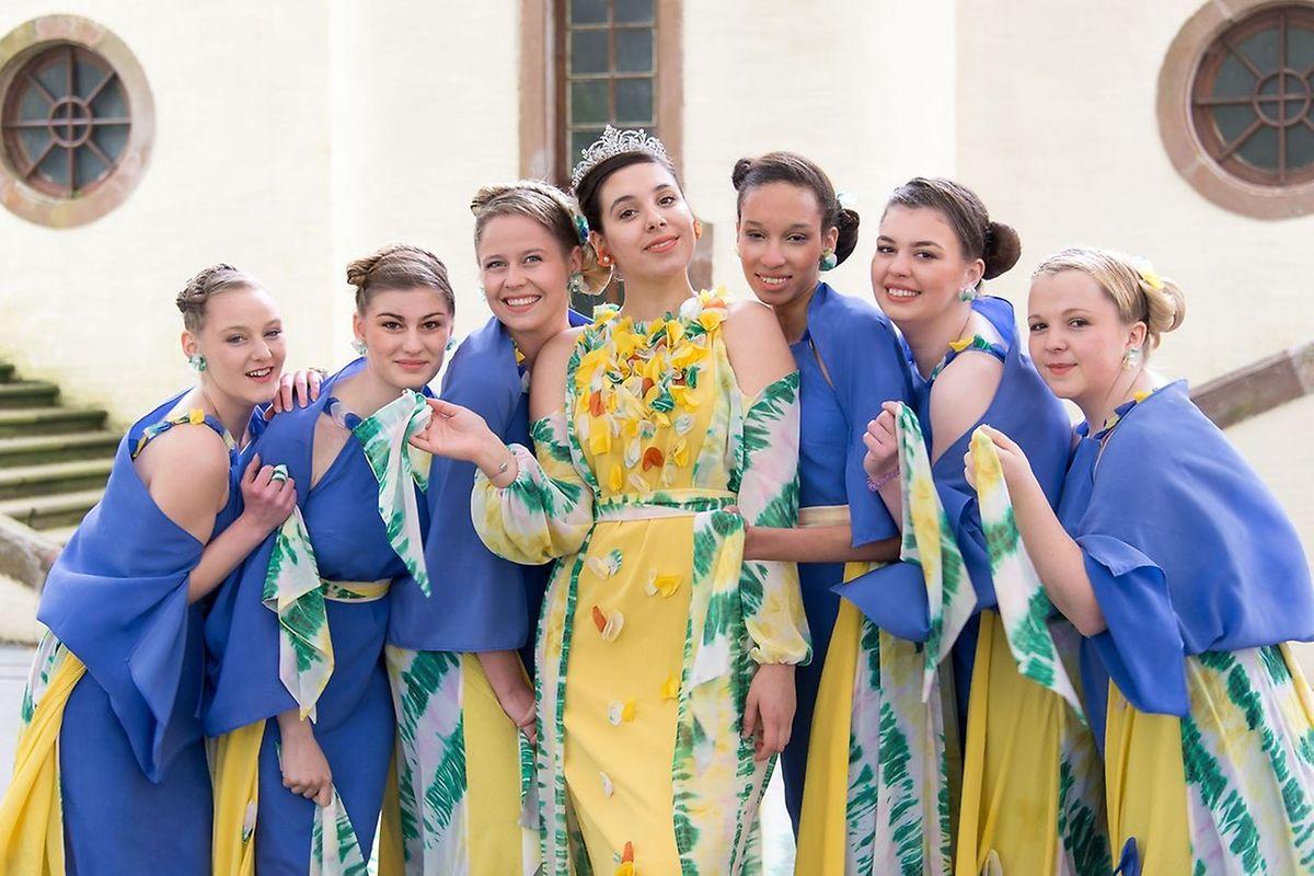 La Reine du genêt 2019, entourée de ses demoiselles d'honneur