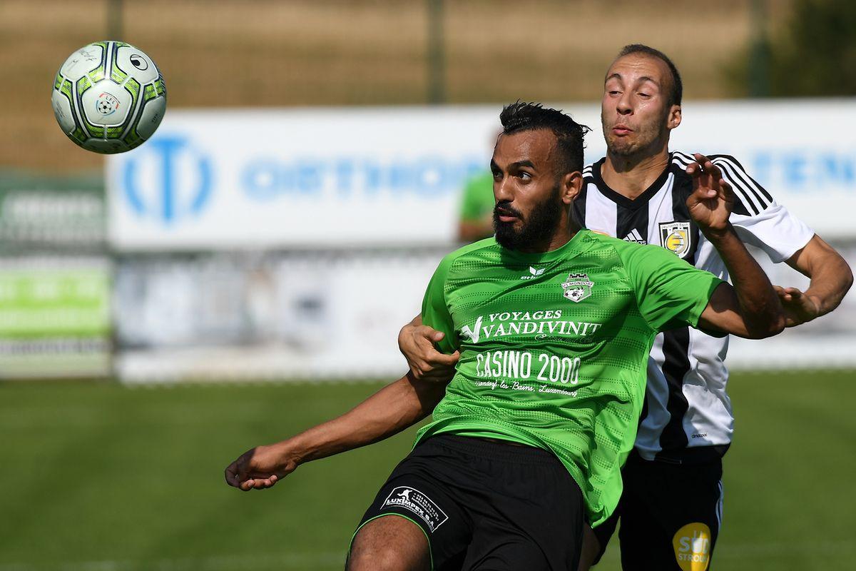 Ahmed Benhemine (Mondorf) schirmt den Ball gegen Omar Er Rafik (Jeunesse) ab.