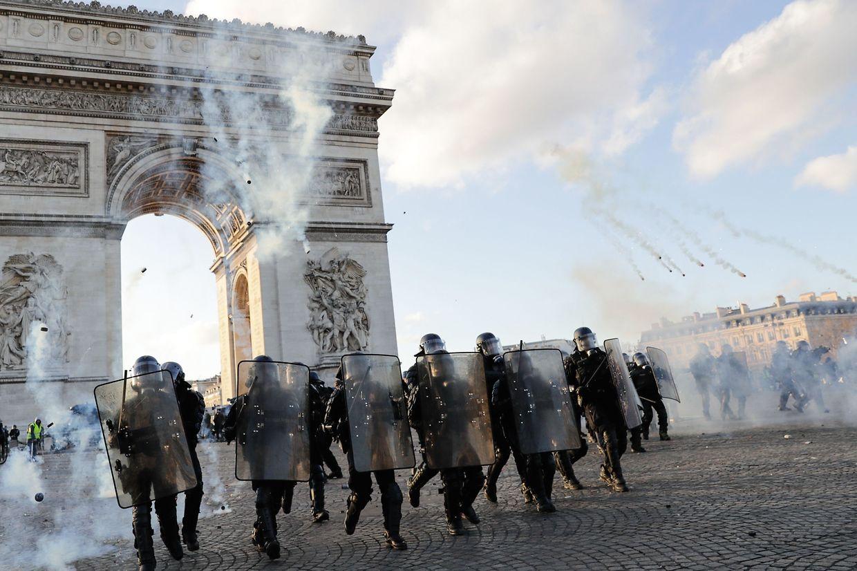 Des scènes de guerre civiles sur les Champs-Elysées, samedi.