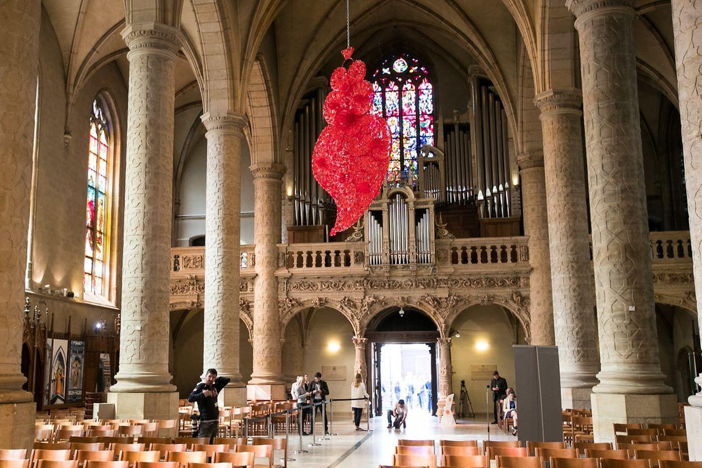 """A peça da artista plástica de Joana Vasconcelos, """"Coração Independente Vermelho"""", está em exposição na catedral do Luxemburgo até 31 de agosto."""