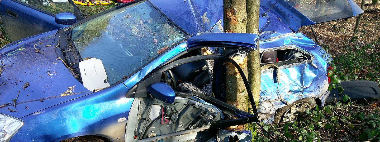Der Fahrer dieses Wagens wurde schwer verletzt, als sein Fhrzeug seitlich einen Baum rammte.