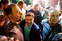 21.04.2019, Ukraine, Kiew: Wolodymyr Selenskyj (M) geht durch eine Menschenmasse in seinem Hauptquartier. Selenskyj kam demnach bei der Stichwahl in der Ex-Sowjetrepublik auf rund 73 Prozent der Stimmen. Der Amtsinhaber Poroschenko, dem er immer wieder Korruption vorwarf, erlitt eine Niederlage. Foto: Jakub Kotian/TASR/dpa +++ dpa-Bildfunk +++